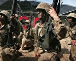 美國海軍陸戰隊發言人艾維斯於2017年3月5日表示,海軍刑事調查局已針對有人在網絡散播退役及現任海軍陸戰隊女隊員的裸照一案展開調查。本圖為2007年3月8日,美國女海軍陸戰隊隊員在南卡羅來納州的帕里斯島接受軍事訓練。(Scott Olson/Getty Images)