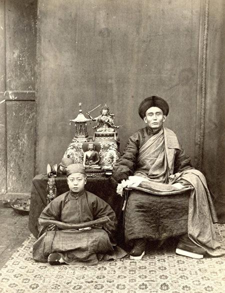托馬斯‧查爾德,《蒙古喇嘛192號》(No. 192 Mongolian Lama),攝於約1870至1879年間,銀鹽照片。(Courtesy of the Stephan Loewentheil Historical Photography Collection)