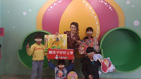 Lara梁心頤現場與四位男童合作繪畫。(鄭宜芬/大紀元)