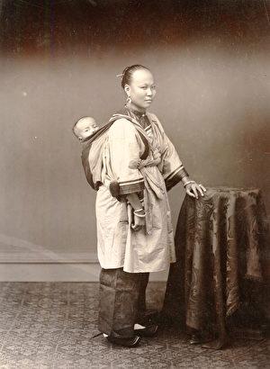 香港繽綸照相館(Pun Lun),《婦人與孩子》(Woman and Child),攝於1870—1879年間,銀鹽照片。(Courtesy of the Stephan Loewentheil Historical Photography of China Collection)