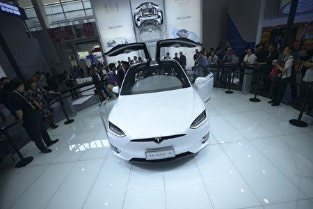 Tesla Model X 鷹翼式車門:即便在非常擁擠的停車環境下,鷹翼式車門還可以允許第二排及第三排座椅的乘客方便進出。 (WANG ZHAO/AFP/Getty Images)