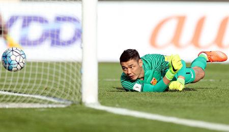 中國隊門將曾誠望著皮球滾入自家球門。 (Amin M. Jamali/Getty Images)