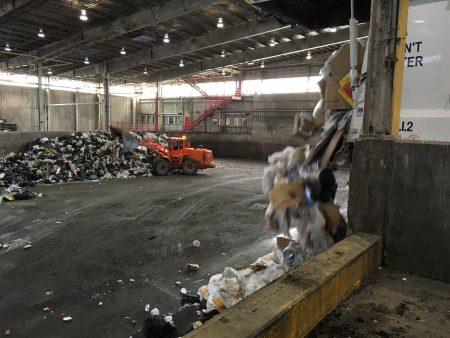 基林表示,平时回收的有机垃圾里经常掺杂着塑料袋等不属于有机的东西,给他们的处理带来了很大难度。