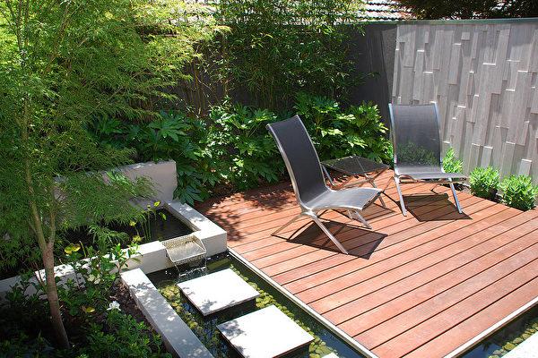 面积较小的后院以水为主体,环绕木平台,形成更为私密的空间。(Whyte Gardens提供)