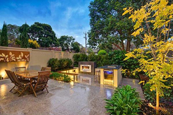 设计主要致力于创造一个休闲娱乐的前院空间,包括户外用餐区、吧台和BBQ。(Whyte Gardens提供)