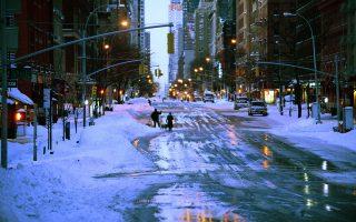 纽约降雪倒春寒 居民享受冬季天气