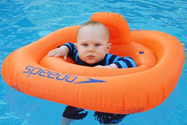 组图:澳洲小婴儿泡温泉 无法招架的可爱
