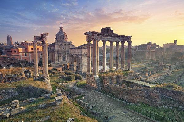 日出的罗马广场。(Rudy Balasko/Shutterstock)