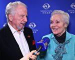 81岁的前美国小姐、两度金球奖提名者Lee Meriwether(现改夫姓Border)与先生Marshall Border观赏了3月29日晚千橡市神韵演出后沉浸在幸福的喜悦里。(新唐人提供)