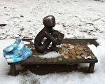 看月亮的男孩(Pojke som tittar på månen)又名「鐵男孩」(Järnpojke)。位於斯德哥爾摩老城。由雕塑家李斯。埃里克松(Liss Eriksson )於1967年創作。雕塑高15厘米。他是最受遊客喜愛的男孩形象。經常有遊客留下硬幣和糖果,也有遊客會在天冷的時候帶來特意編織的小帽子、小圍巾給他戴上。(雨蓮/大紀元)