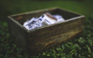 深山老林裡 一對戀人發現了一個木盒子 當他們打開盒子後…太意外了