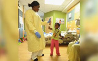 美三歲女孩住院想家 護士載歌載舞逗她高興
