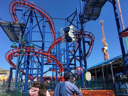 游乐园里还有不少欢乐刺激的娱乐设施,很受年轻人欢迎。