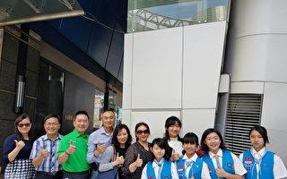 新竹市家長協會理事長周淑娥(左六)與校長、學生合影。(林寶雲/大紀元)