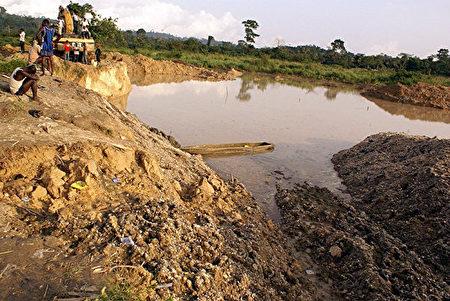加納曾在2013年發生大規模排華人礦工事件,引起大家對中共治下的國外華人安全擔憂。圖為非洲加納的一處華人採礦區(Adadevoh David/AFP/Getty Images)