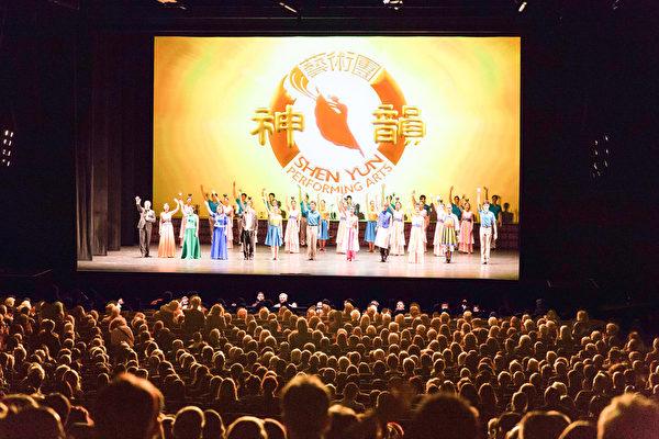 2017年4月1日晚,神韻世界藝術團在德國漢堡市邁爾劇院的第二場演出吸引了滿場熱情觀眾。(Matthias Kehrein/大紀元)