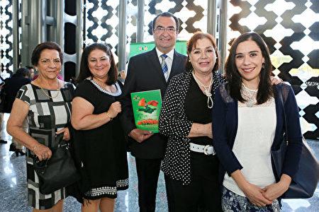 Eduardo Rosquete(中)、Rocío Herrejón Herrera(右二)、Marta Salazar Marulanda以及Aura Marulanda de Salazar等人看完神韻演出後,紛紛表達自己對神韻的讚歎。(李莎/大紀元)