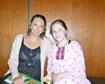 4月4日,地產經紀Mandy Erickson女士帶著女兒Mara Goodell到波特蘭的凱勒劇院劇院觀看了神韻在波特蘭的第一場演出。(舜華/大紀元)