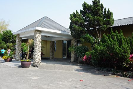 入口处第一个建筑物是展示场,左右两根由崎岖嶙峋的贝类、石头砌成的白色石柱当有特色。(李芳如/大纪元)