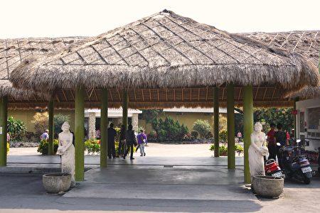 门口两旁各一位象征来自峇里岛的女神,手持酒瓮以倒酒的方式来迎接宾客。(李芳如/大纪元)