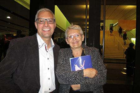 Thurnheer夫妇俩人在奥地利布雷根茨节庆剧院(Festspielhaus Bregenz)观看了神韵演出。(新唐人电视台)