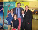 Schneider夫妇携三个孩子观看了奥地利布雷根茨的神韵演出。(黄芩/大纪元)