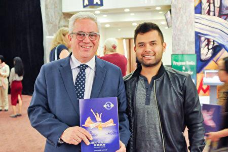 哥伦比亚驻新西兰总领事Pablo Antonio Rebolledo Schloss(左)和儿子观看了2017年4月7日神韵在奥克兰的演出。(杨楠/大纪元)
