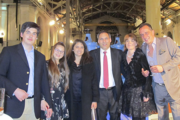 2017年4月7日,埃及王子Alexander-Ali Orloff(右三)和王妃Mino Orloff(右二)带着个孩子和朋友Eugenio Litta先生(右一)一起观看了神韵世界艺术团在日内瓦的BFM剧院的演出。(麦蕾/大纪元)