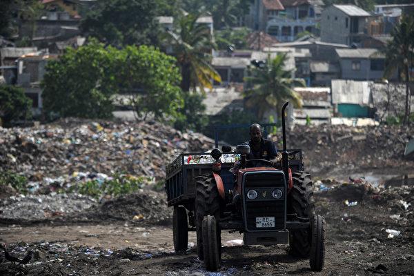 斯里兰卡垃圾场失火 数十棚屋遭掩埋