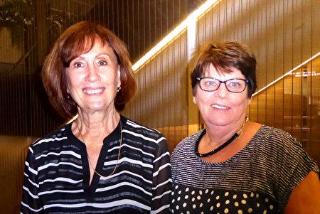 2017年4月15日,电台主持Rosemary Worthington与友人Lorna Halberstoter(退休人士)一同观看了神韵演出。(纪云/大纪元)