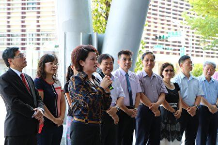 議長蕭淑麗熱誠的鼓勵,並致贈三萬元加菜金,溫暖了全體隊員的心。 (李擷瓔/大紀元)