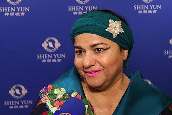 著名时装设计师Shahla Dorriz是位神韵的粉丝,她于4月28日晚在多萝西·钱德勒剧院观看了神韵晚会。(新唐人电视台)
