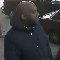 警方公佈二度打劫法拉盛華人美容店的非裔嫌犯的圖片。 (市警提供)