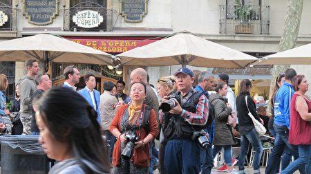 拍照的男子陳永傑和女子楊倩,屬於親共組織成員。傘下穿淺藍色上衣的男子疑似此次活動的另一名組織者——加泰華人華僑聯合總會會長許建南。 (大紀元)