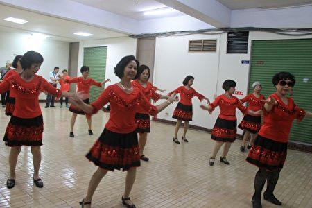 乐活乐友单人舞表演。(郭千华/大纪元)