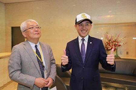 (左)福冈软银鹰兴行开发本部长安积研二、新竹市长林智坚(右)。(新竹市府提供)