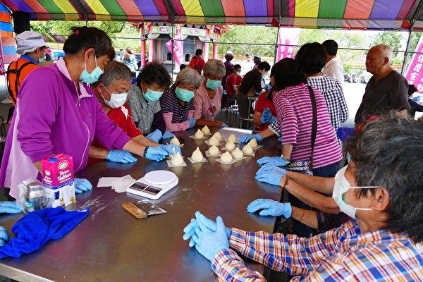 平山社区志工与地检署社会劳动人学做寿桃。(黄淑贞/大纪元)