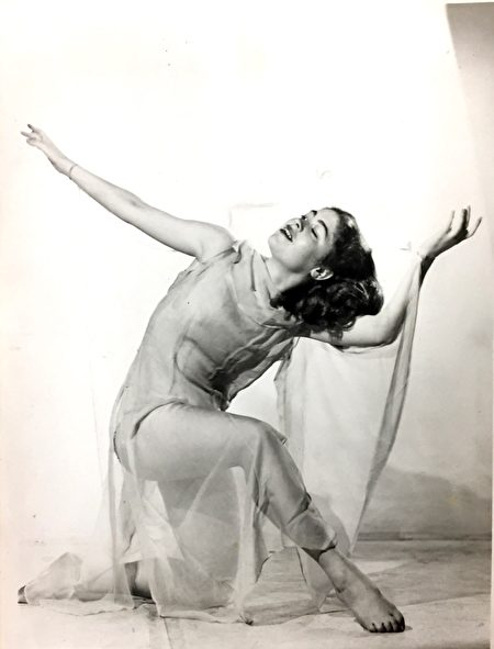 Elaine年轻时在剧团跳舞的照片。(Elaine提供)