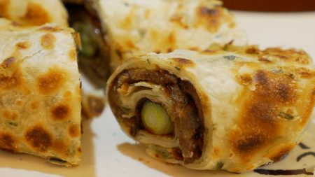 台湾小吃卷饼。 (庄翊晨/大纪元)