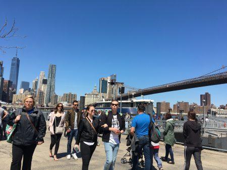 在布碌崙曼哈頓橋底渡口(DUMBO) 買輪渡票的Juliet 說,每天早上上班時間,都有五六十人固定做輪渡去曼哈頓上班。