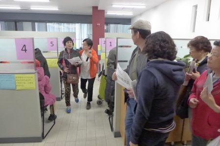 亞平會「會講中文的職員全體出動」,加班加點協助不斷湧來的老人們,整個過程安排井井有條。
