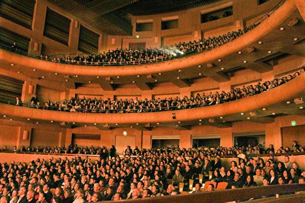 2017年4月8日,美国神韵巡回艺术团在哥伦比亚波哥大的圣多明哥大剧院的两场演出均爆满。图为4月8日晚,剧院演出的盛况。(新唐人电视台)