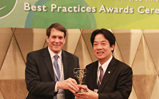 台南市24日獲頒「2017第三屆APEC能源智慧社區最佳案 例評選競賽」低碳示範城鎮金質獎,圖為台南市長賴清 德(右)親自出席領獎。 (駐新加坡台北代表處提供/中央社)