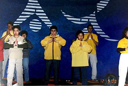 2000年6月,王大姐(图左二)在墨尔本展示功法。(王友凤女士提供)