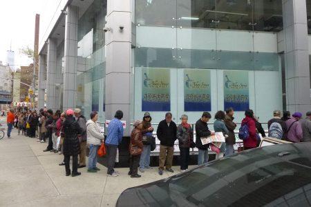 亞平會22日舉辦講座,吸引大批老人前來,在大樓前大排長龍。