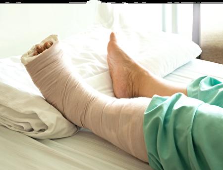 20多年前,胡乃文医生处理过一位患者,因为久患糖尿病小腿腓肠肌蛀蚀溃烂,蛀蚀的范围大约一个拳头大小,已见到足腓骨了。(大纪元)