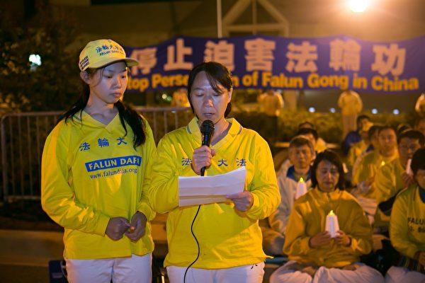 来自中国辽宁的法轮功学员迟丽华和女儿徐鑫洋哀悼几位被中共迫害致死的亲人。(李莎/大纪元)