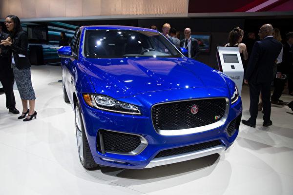 紐約國際車展新車發表,捷豹Jaguar F-Pace。(戴兵/大紀元)