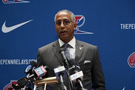 曾參加Penn Relays接力賽和NFL橄欖球聯盟的傳奇人物Renaldo Nehemiah在新聞發布會上發言。(肖捷/大紀元)