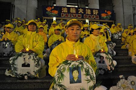 2017年4月22日,中医师冉奉云在温哥华艺术馆前,烛光悼念被中共迫害死的法轮功学员。(唐风/大纪元)